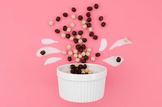 Arranjo bonito dos desenhos animados com leite e cereais de chocolate Foto gratuita