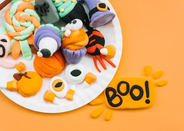 Arranjo com atributos de plasticina halloween Foto gratuita