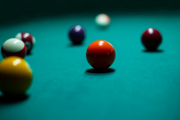 Arranjo com bolas de bilhar e mesa Foto gratuita