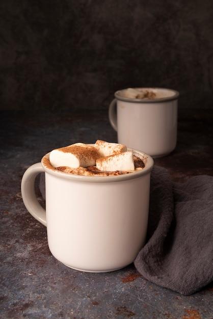 Arranjo com canecas brancas e marshmallows Foto gratuita