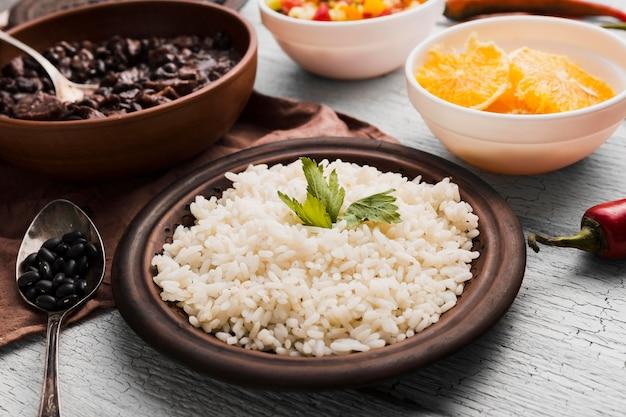 Arranjo com deliciosa comida brasileira Foto gratuita