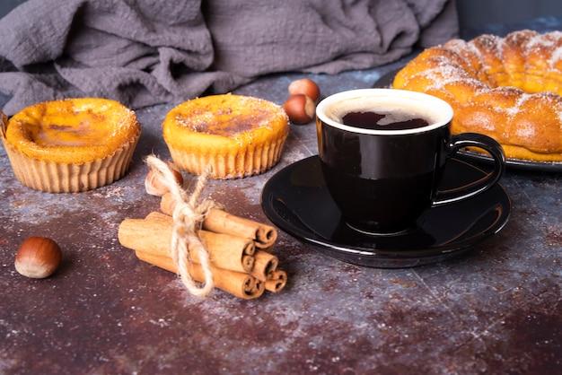 Arranjo com deliciosa torta e xícara de café Foto gratuita