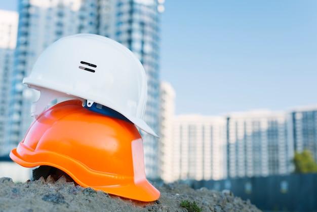 Arranjo com diferentes capacetes coloridos Foto Premium