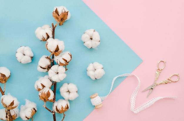 Arranjo com flores e tesouras de algodão Foto gratuita