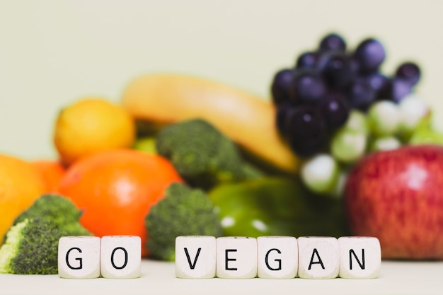 Arranjo com frutas e legumes frescos Foto gratuita