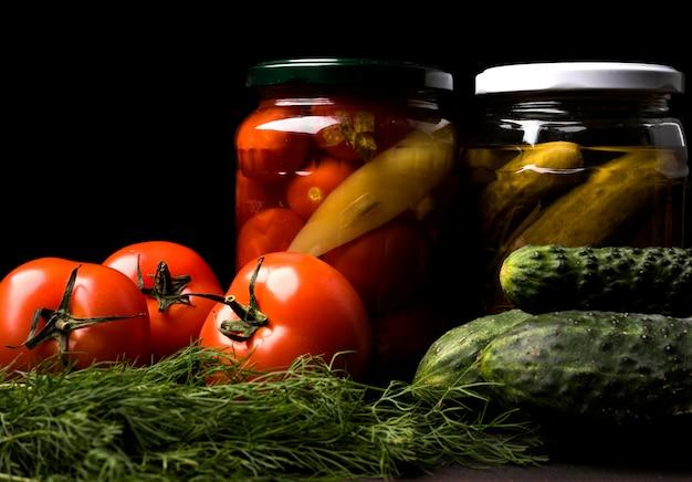 Arranjo com legumes em conserva Foto gratuita