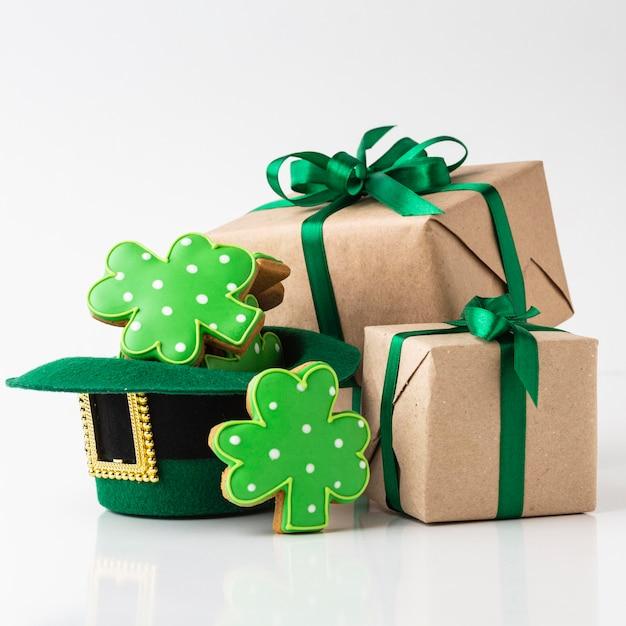 Arranjo com presentes e biscoitos Foto gratuita
