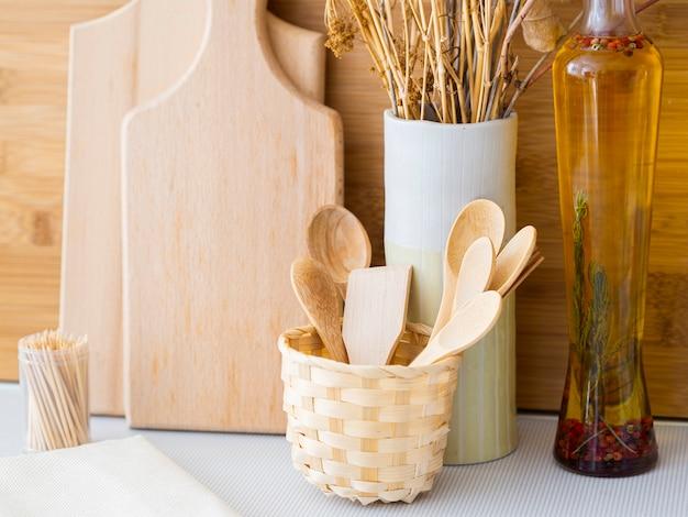 Arranjo com produtos de cozinha em madeira Foto gratuita