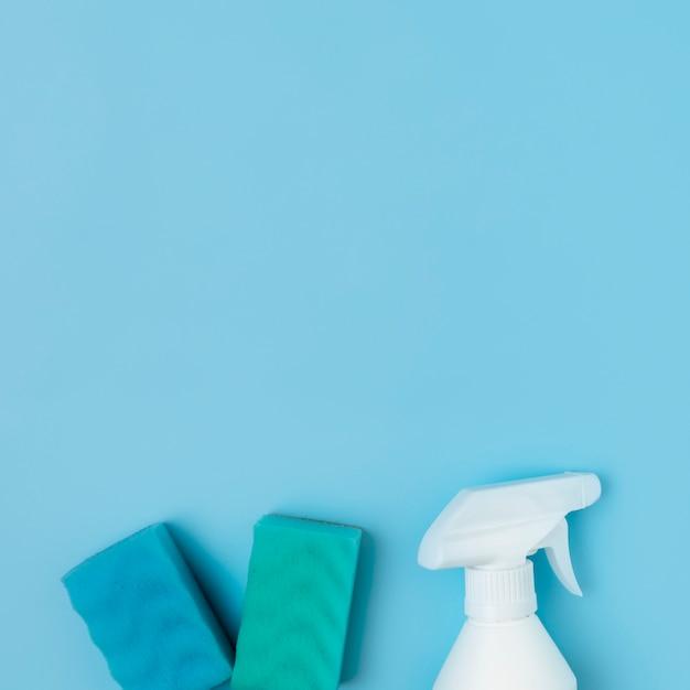 Arranjo com produtos de limpeza em fundo azul Foto gratuita