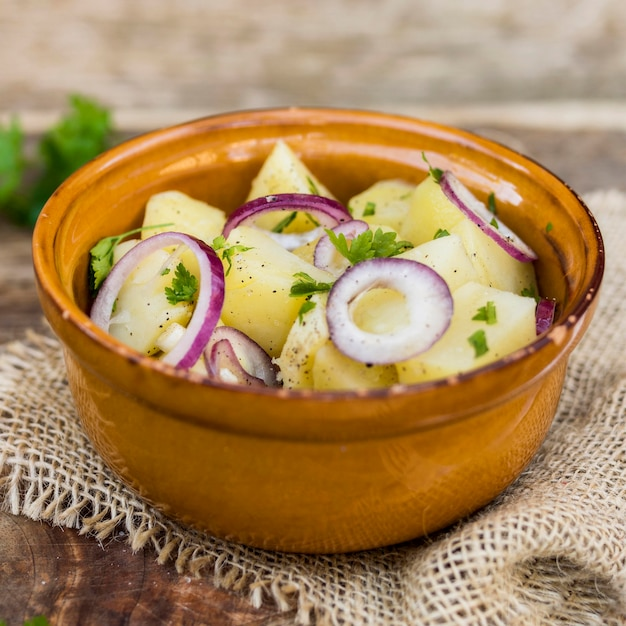 Arranjo com salada de batata na tigela Foto gratuita