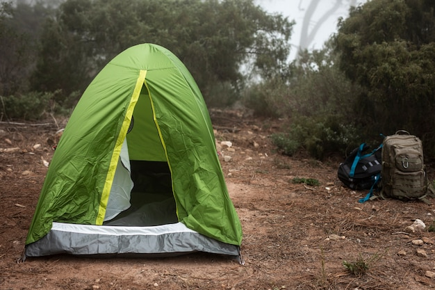 Arranjo com tenda verde na natureza Foto gratuita