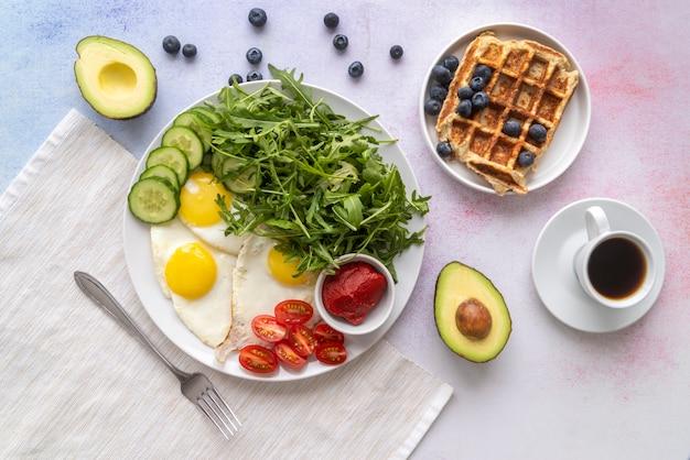 Arranjo criativo da refeição do café da manhã Foto gratuita