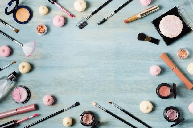 Arranjo criativo de cosméticos na superfície colorida Foto gratuita
