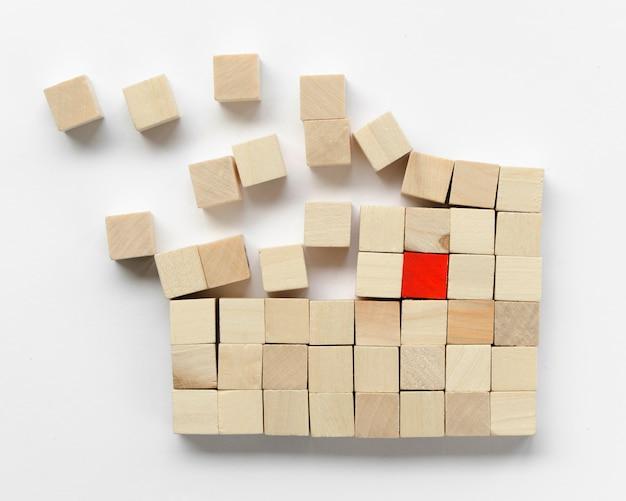 Arranjo criativo de cubos de madeira no fundo branco Foto gratuita