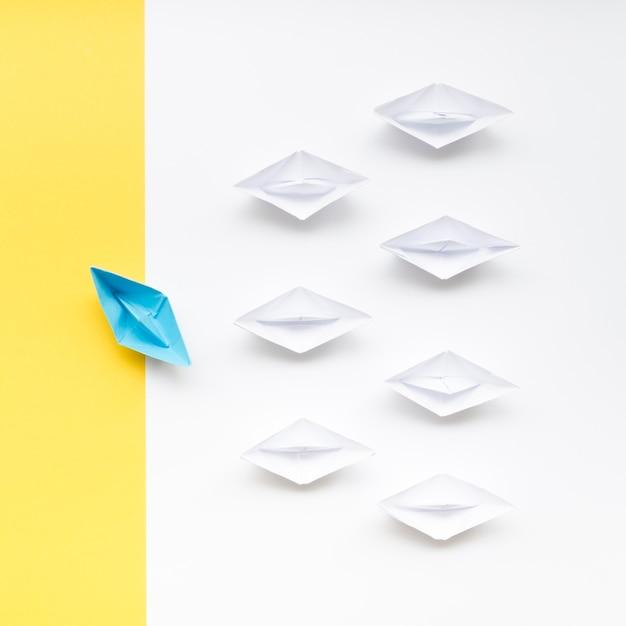Arranjo criativo para barquinhos de papel de conceito de individualidade Foto gratuita