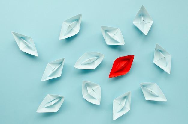 Arranjo criativo para o conceito de individualidade em fundo azul Foto Premium