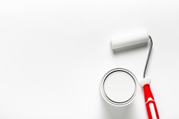 Arranjo da vista superior com escova de rolo e recipiente de tinta Foto gratuita