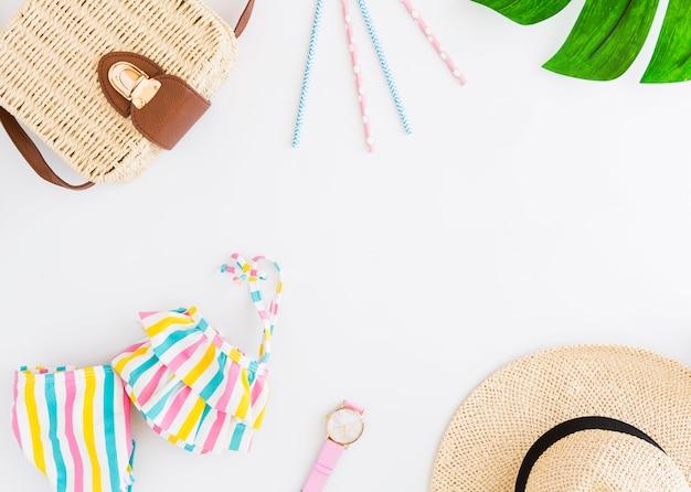 Arranjo de acessórios de férias de praia tropical Foto gratuita