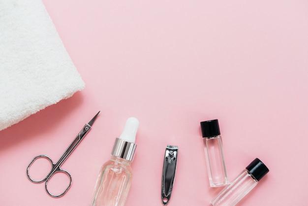 Arranjo de acessórios de manicure para salão Foto gratuita