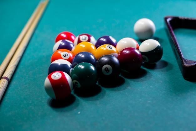 Arranjo de alto ângulo com bolas de bilhar e mesa Foto gratuita