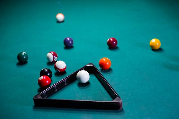 Arranjo de alto ângulo com bolas de bilhar e triângulo Foto gratuita