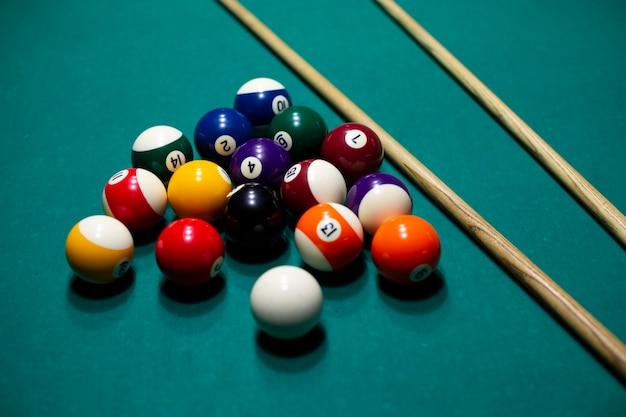 Arranjo de alto ângulo com bolas na mesa de bilhar Foto gratuita