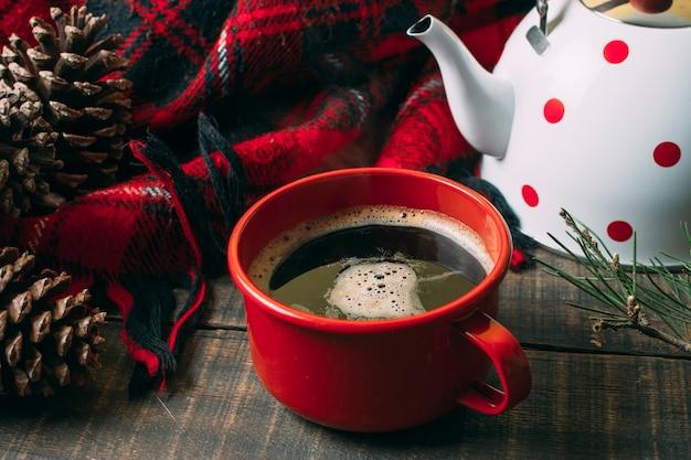 Arranjo de alto ângulo com caneca vermelha e café Foto gratuita
