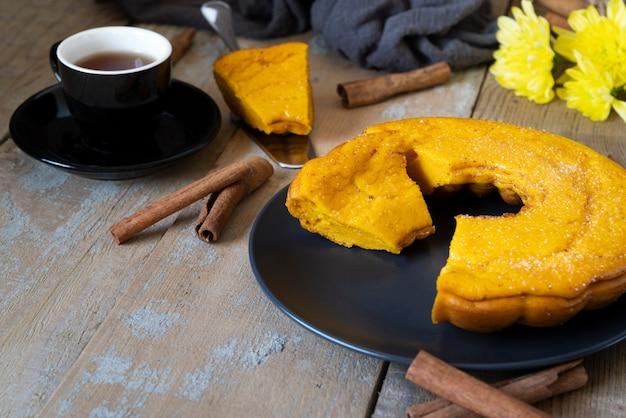 Arranjo de alto ângulo com deliciosa torta e xícara de café Foto gratuita