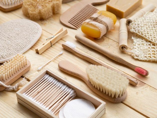 Arranjo de alto ângulo com produtos de madeira Foto gratuita