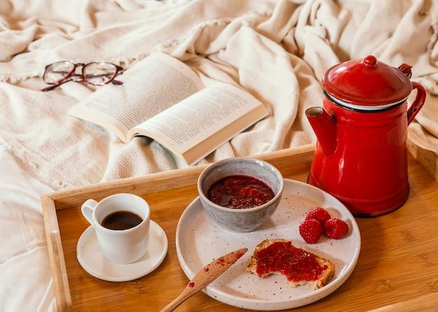 Arranjo de alto ângulo com saboroso café da manhã Foto gratuita