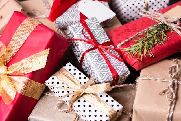 Arranjo de alto ângulo de diferentes presentes de natal coloridos Foto gratuita