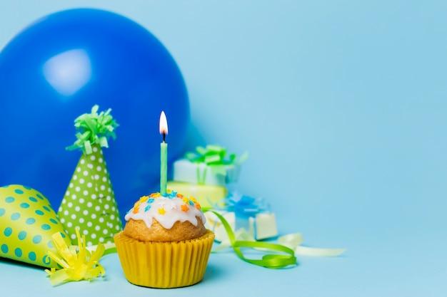 Arranjo de aniversário bonito com cupcake Foto Premium