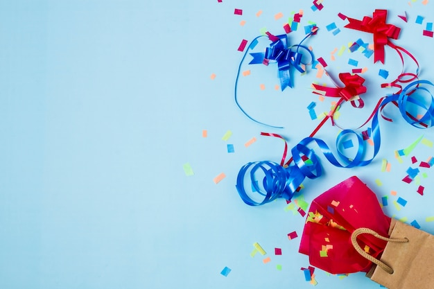 Arranjo de aniversário bonito com espaço de cópia Foto gratuita