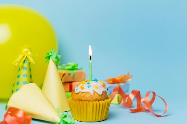 Arranjo de aniversário festivo de vista frontal Foto gratuita