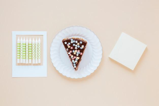 Arranjo de aniversário minimalista com delicioso bolo fatiado Foto gratuita