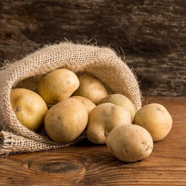 Arranjo de batatas em saco de lona Foto gratuita