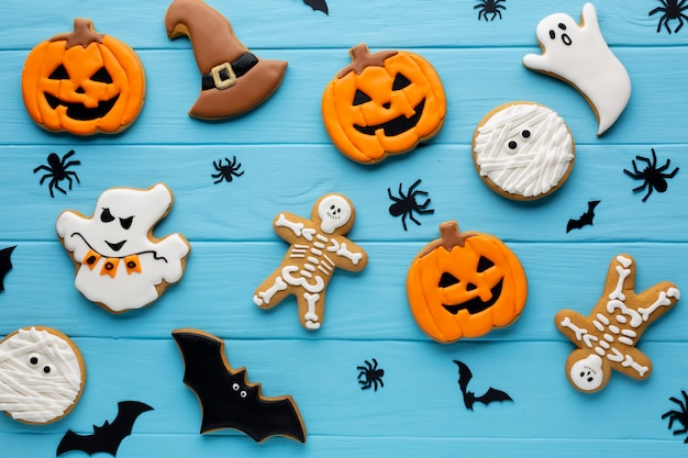 Arranjo de biscoitos de halloween Foto gratuita