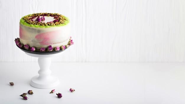 Arranjo de bolo com cópia-espaço Foto gratuita