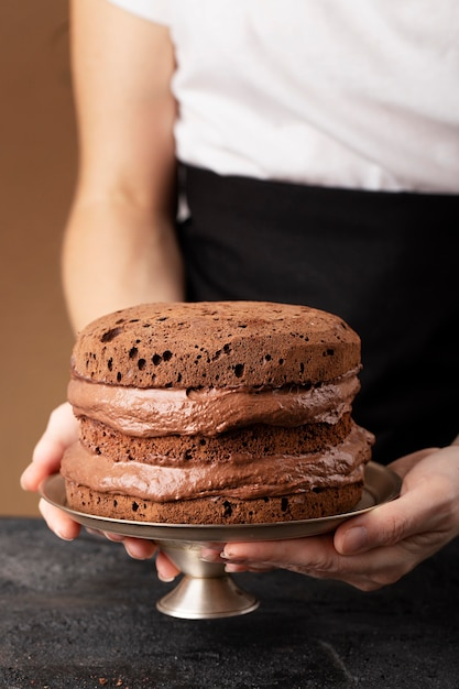 Arranjo de bolo de chocolate de vista frontal Foto gratuita