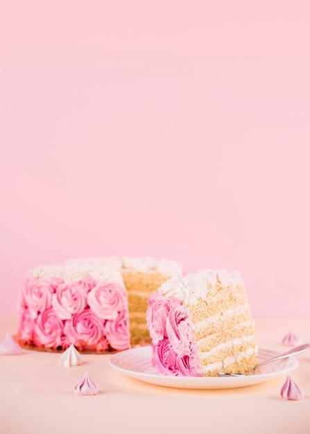 Arranjo de bolo rosa com rosas Foto gratuita