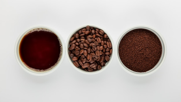 Arranjo de café liso leigos sobre fundo branco Foto gratuita