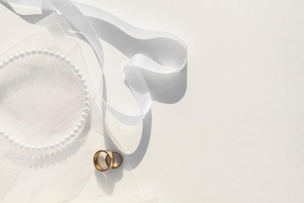Arranjo de casamento branco em fundo branco Foto gratuita