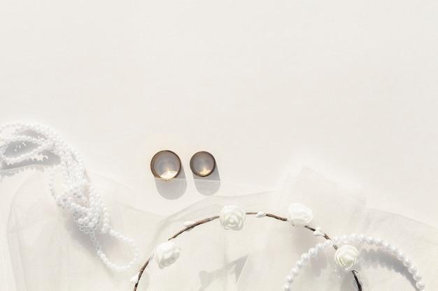 Arranjo de casamento branco leigo plano com espaço de cópia Foto gratuita
