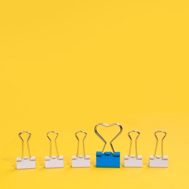 Arranjo de clipes de papel com um clipe de papel azul Foto gratuita