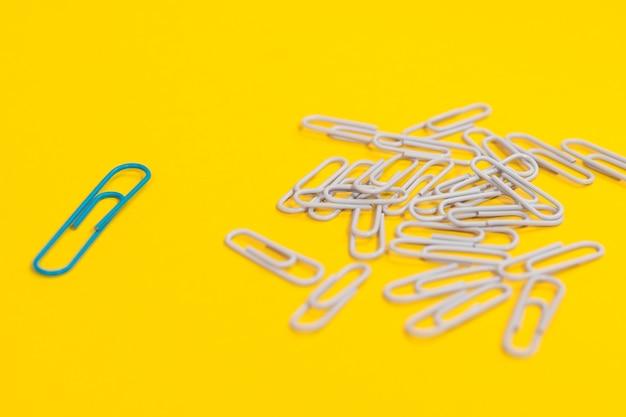 Arranjo de clipes de papel para o conceito de individualidade com um clipe de papel verde Foto gratuita