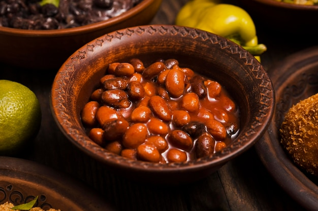 Arranjo de close-up com deliciosa comida brasileira Foto gratuita