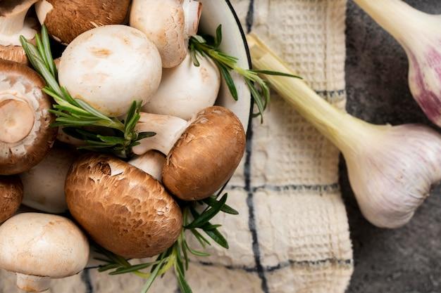 Arranjo de cogumelos e alho Foto gratuita
