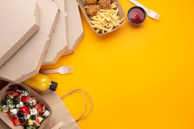 Arranjo de comida de vista superior com caixas de pizza Foto Premium
