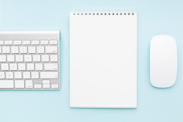 Arranjo de conceito de mesa com o mouse Foto gratuita