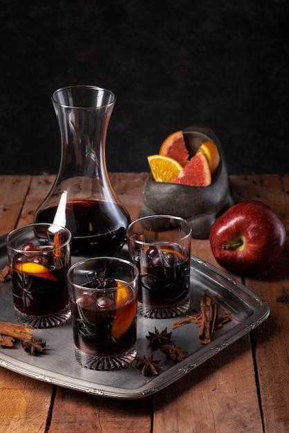 Arranjo de copos de vinho em uma bandeja Foto gratuita